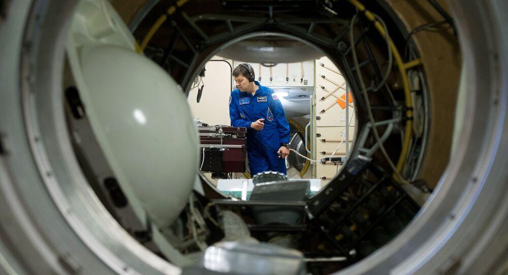 Kosmonauta Roskosmosu Oleg Kononenko podczas treningu na symulatorze w rosyjskim segmencie MSK