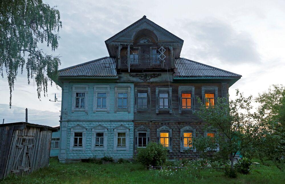 """Fasady domów dekorowano rzeźbionymi drewnianymi """"ręcznikami"""", okna – wzorzystymi obramowaniami."""