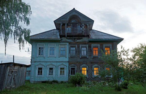 """Fasady domów dekorowano rzeźbionymi drewnianymi """"ręcznikami"""", okna – wzorzystymi obramowaniami. - Sputnik Polska"""
