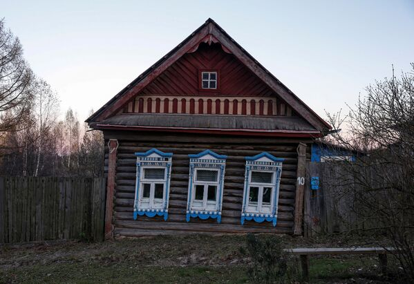 W surowych warunkach klimatycznych Północy drewniany dom o wiele lepiej zachowuje ciepło niż kamienny. - Sputnik Polska