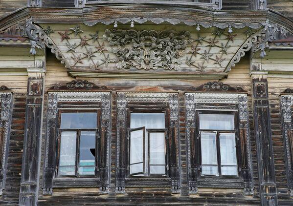 """Okna w dawnych wyobrażeniach to nie tylko połączenie mieszkania z dworem, ale i z """"tamtym"""" światem. Aby siły nieczyste lub zły człowiek nie mogli zobaczyć, co dzieje się w domu zaglądając do niego z zewnątrz, otwory okienne i drzwiowe były pokrywane talizmanami. - Sputnik Polska"""