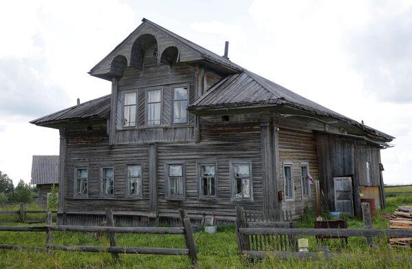 Tradycja wieńczenia dachu w postaci rzeźbionego konia najwyraźniej pochodzi z czasów przedchrześcijańskich. Koń chronił dom i gospodarzy przed złymi duchami, chorobami i nieurodzajem. - Sputnik Polska