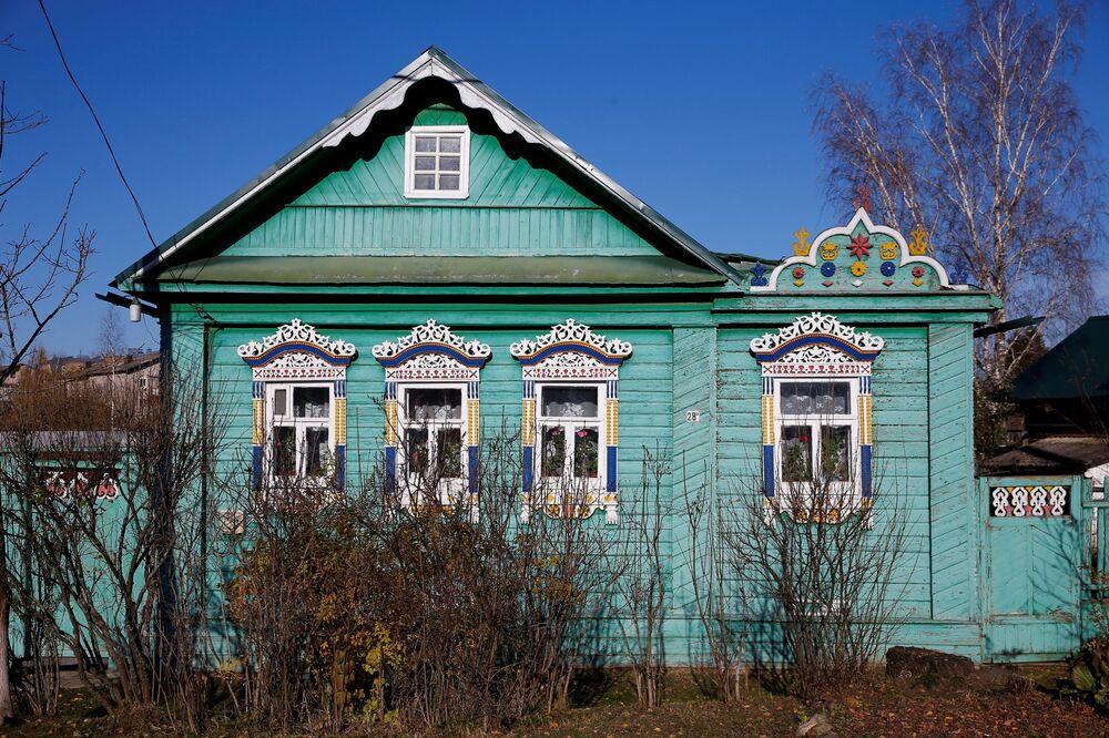 """Ruskie rzeźbienia robione były """"na oko"""", intuicyjnie, stąd wynika duża swoboda ich wykonania."""