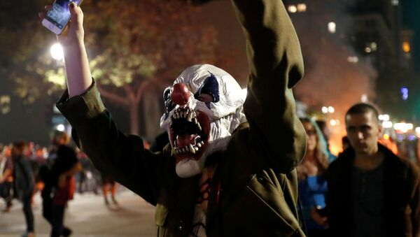 Protestujący mężczyzna w masce klauna w Kalifornii - Sputnik Polska