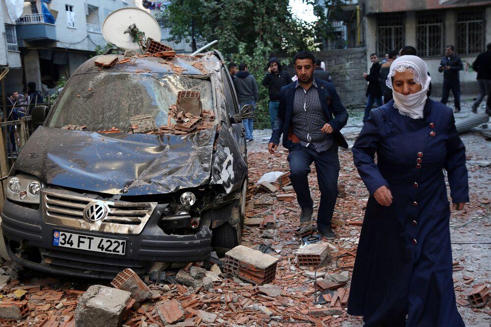 Samochód uszkodzony podczas wybuchu w tureckim mieście Diyarbakir, 04.11.2016