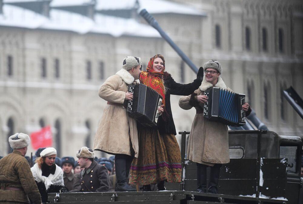 Uczestnicy uroczystego marszu z okazji 75. rocznicy parady wojennej z 1941 roku na Placu Czerwonym w Moskwie
