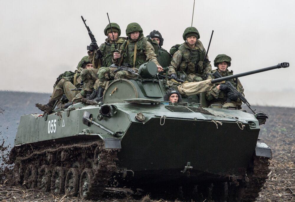 """Rosyjcy żołnierze podczas międzynarodowych manewrów taktycznych """"Słowiańskie Braterstwo 2016"""" w Serbii"""