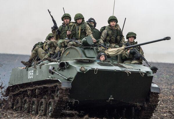 """Rosyjcy żołnierze podczas międzynarodowych manewrów taktycznych """"Słowiańskie Braterstwo 2016"""" w Serbii - Sputnik Polska"""