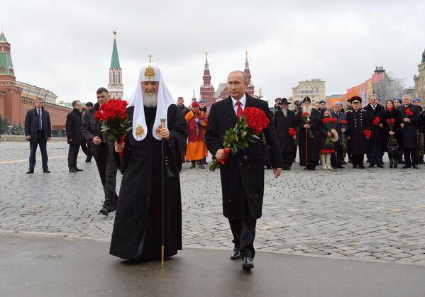 Patriarcha moskiewski i całej Rusi Cyryl i Władimir Putin podczas uroczystego złożenia kwiatów pod pomnikiem Minina i Pożarskiego na Placu Czerwonym w Moskwie - Sputnik Polska
