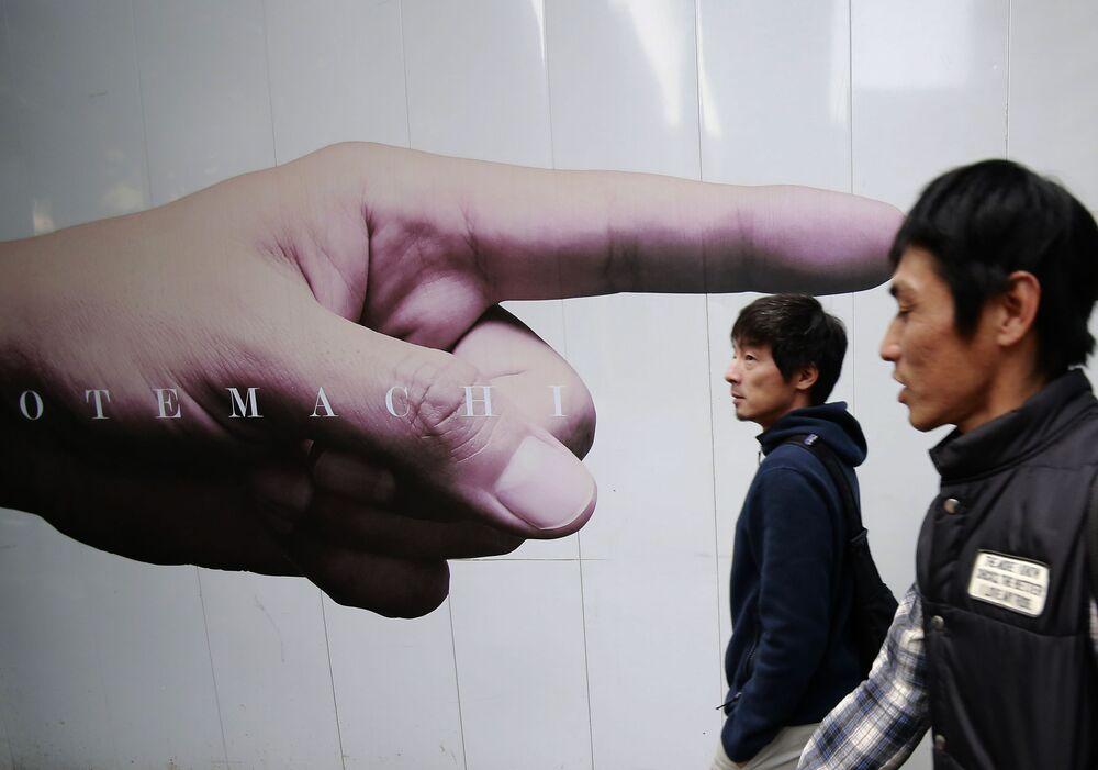 Japończycy w biznesowej dzielnicy Tokio