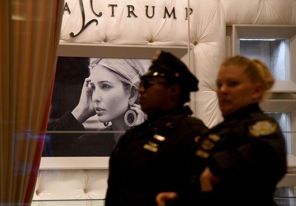 Ivanka ma własny projekt komercyjny - stworzoną przez nią firmę jubilerską, która niedługo wyprodukuje serię prestiżowych ozdób pod marką Ivanka Trump.   Na zdjęciu: szyld butika Ivanki Trump. - Sputnik Polska