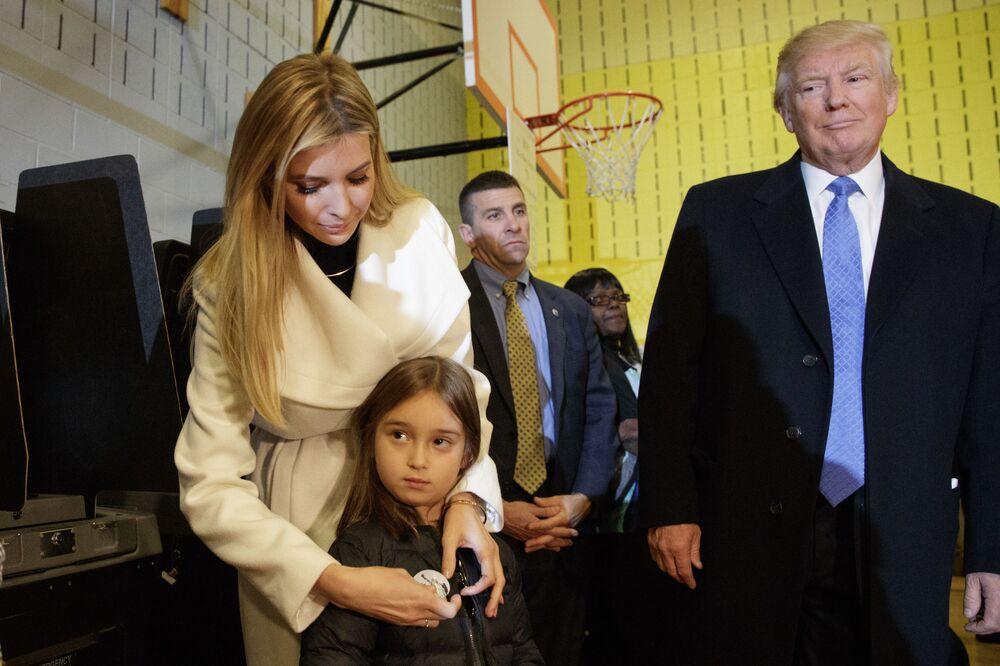 Donald Trump, Ivanka Trump i jej córka Arabella podczas głosowania w Nowym Jorku. 8 listopada 2016 roku.