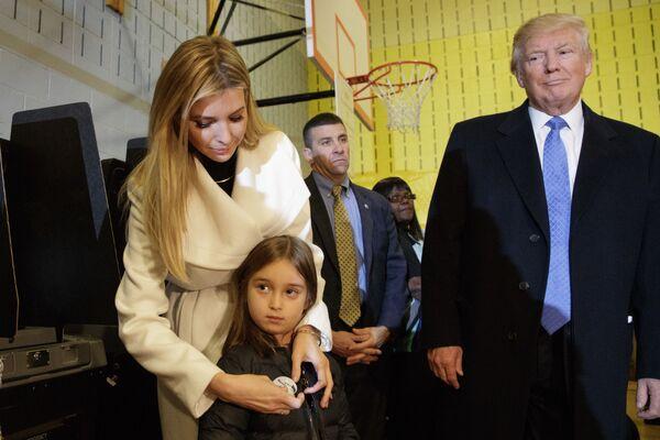 Donald Trump, Ivanka Trump i jej córka Arabella podczas głosowania w Nowym Jorku. 8 listopada 2016 roku. - Sputnik Polska