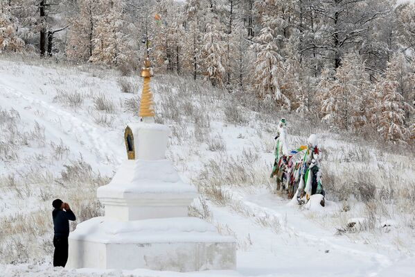 Buddysta modli się przy świątyni obok trasy M54 niedaleko miasta Kyzyl - Sputnik Polska