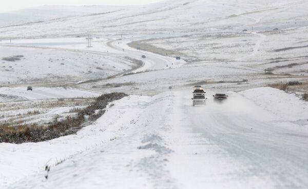 Samochody na zaśnieżonej drodze w okolicach miasta Kyzyl w Tuwie - Sputnik Polska