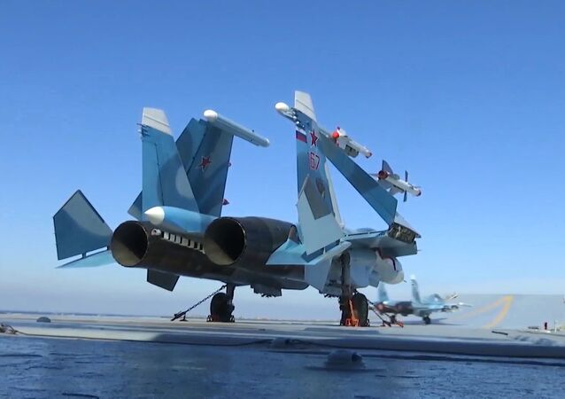 Myśliwiec Su-33 na pokładzie startowym lotniskowca Admirała Kuzniecowa u syryjskich brzegów