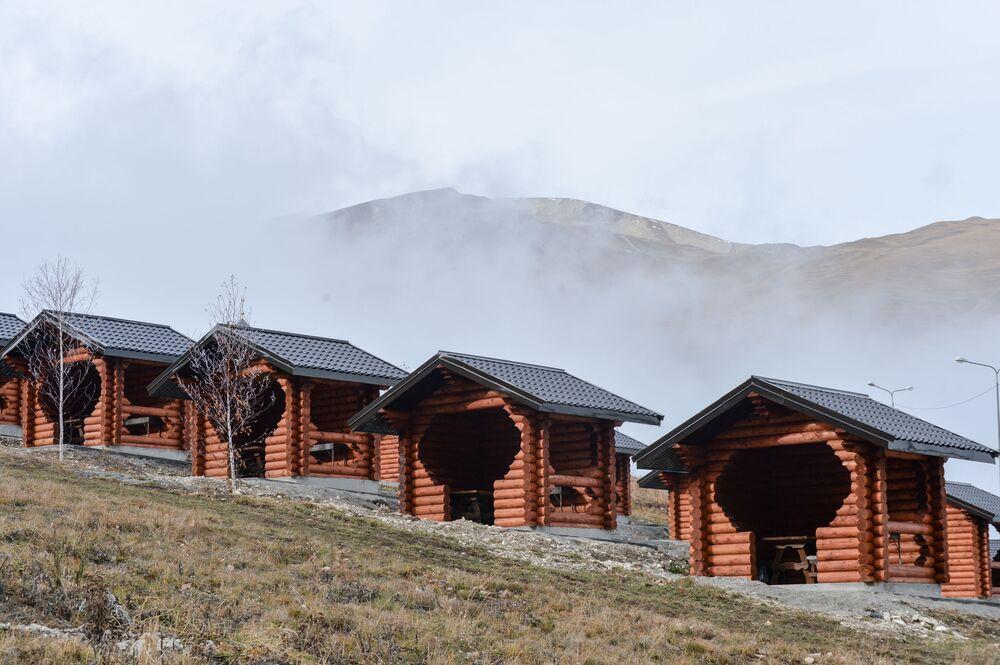 Na terenie bazy turystycznej nad Kiezienoj-Am zbudowano kilka domków dla gości.