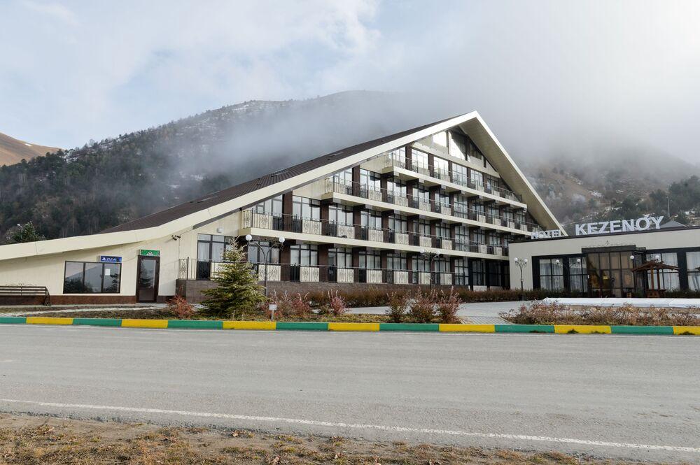 Nad jeziorem Kiezienoj-Am znajduje się baza turystyczna z hotelem Piramida. Górska droga z Wedeno do Botlich.