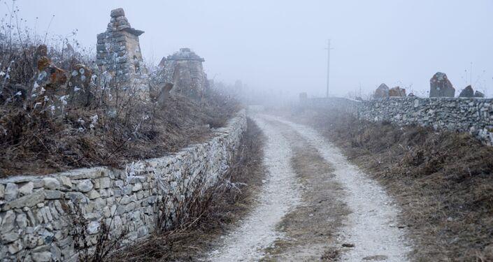Cmentarz w pradawnej miejscowości Hoj niedaleko jeziora Kazenoj-Am, Czeczenia