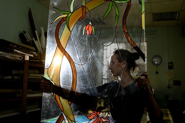 Witraże - ozdobne wypełnienie okna, wykonane z kawałków kolorowego szkła wprawianych w ołowiane ramki osadzone między żelazne sztaby. Od wieków zdobią świątynie. - Sputnik Polska