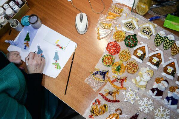 Szkic rozpoczyna pracę nad witrażem. Następnie artysta zamienia obraz w schemat – naturalnej wielkości kalkę, na której liniami zaznaczono elementy, a numerami kolory. - Sputnik Polska