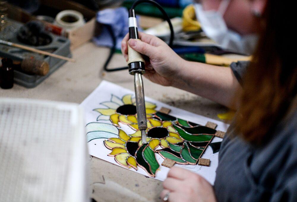 W Rosji przez długie lata nie było zwyczaju tworzenia witraży. Warsztat kolorowego szkła otworzył dopiero w XVIII wieku w Petersburgu znany naukowiec Michaił Łomonosow. W ciągu trzech lat udało mu się uzyskać ponad cztery tysiące próbek kolorowego szkła.