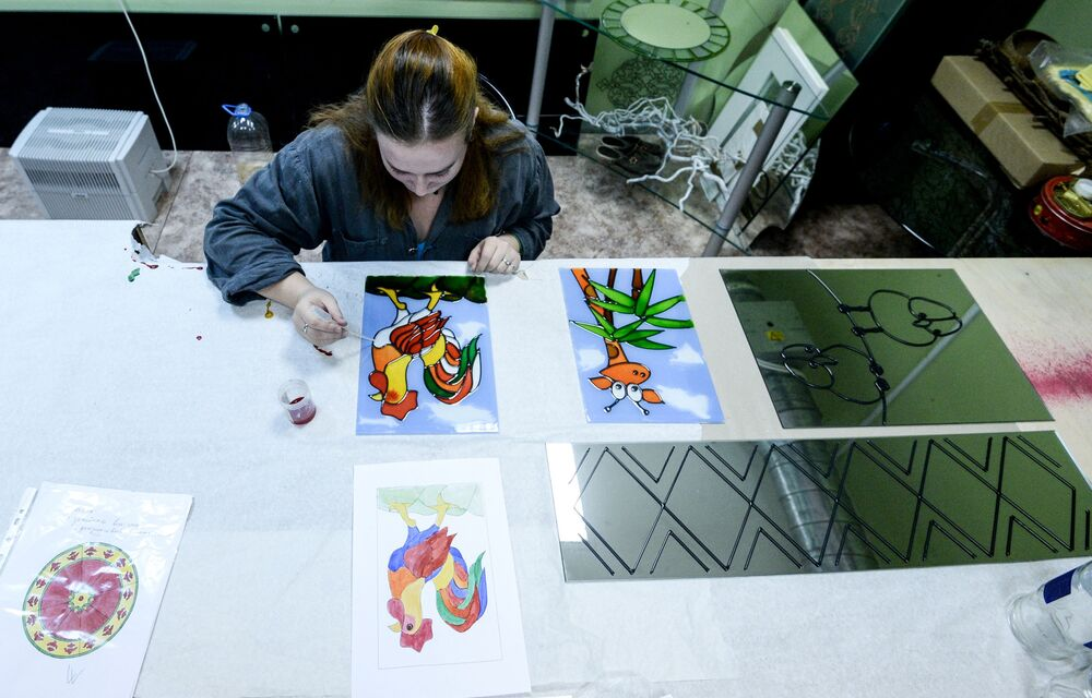 Zawód witrażysty wymaga wyczucia artystycznego i uwagi.
