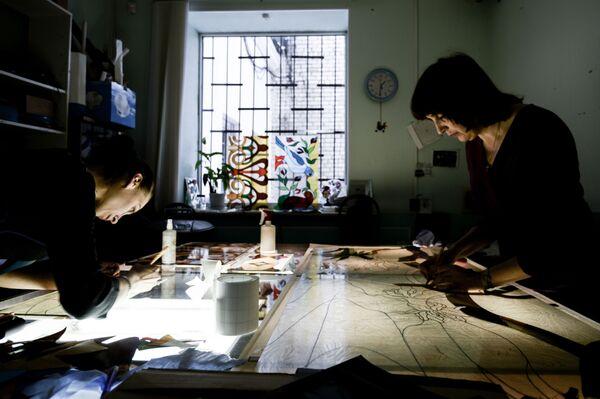 Po udoskonaleniu techniki łączenia elementów witrażowych zaczęto ją stosować również do łączenia innych przedmiotów, np. przeróżnych kształtów lamp. - Sputnik Polska
