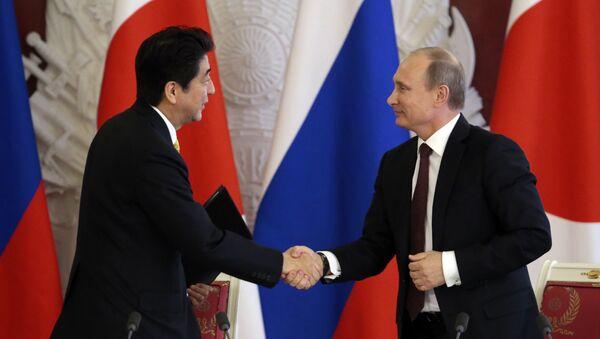 Prezydent Rosji Władimir Putin spotkał się z premierem Japonii Shinzo Abe na marginesie szczytu APEC w Peru - Sputnik Polska