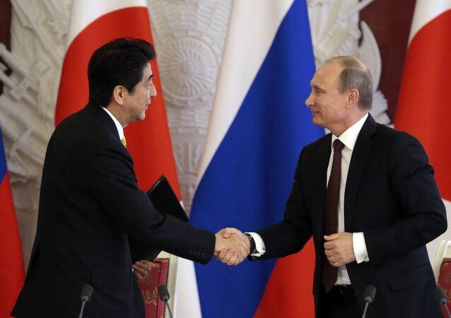Prezydent Rosji Władimir Putin spotkał się z premierem Japonii Shinzo Abe na marginesie szczytu APEC w Peru