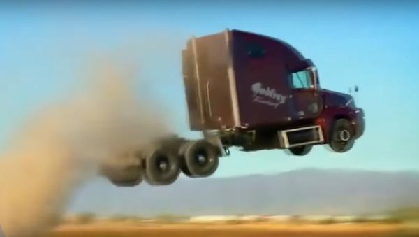 Kto powiedział, że ciężarówki nie latają? - Sputnik Polska