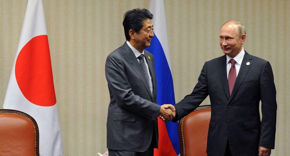 Premier Japonii Shinzo Abe i prezydent Rosji Władimir Putin podczas spotkania w kuluarach szczytu APEC w Limie