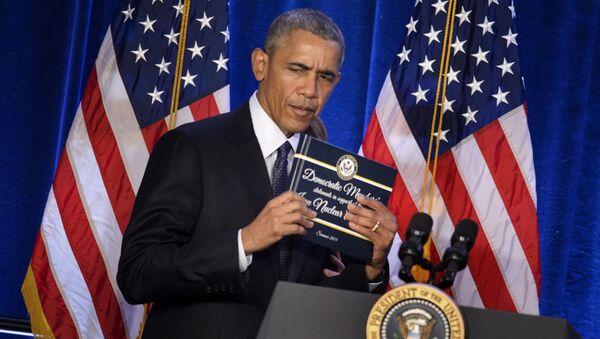 Prezydent USA Barack Obama trzyma kopię atomowego porozumienia - Sputnik Polska