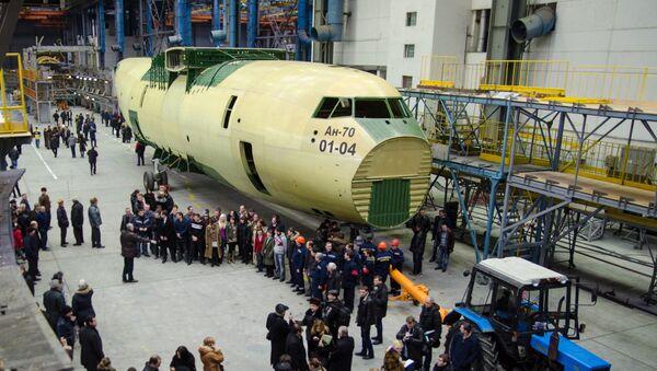 Prezentacja pierwszego egzemplarza samolotu wojskowo-transportowego An-70 wyprodukowanego przez ukraiński zakład Antonow - Sputnik Polska