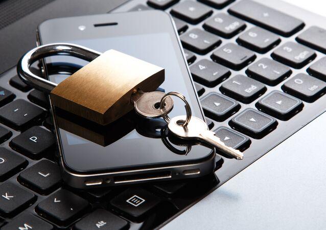 Kłódka z kluczami na telefonie komórkowym i klawiaturze laptopa