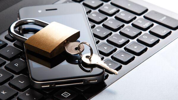 Kłódka z kluczami na telefonie komórkowym i klawiaturze laptopa - Sputnik Polska