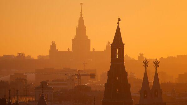 Widok na budynek Uniwersytetu Moskiewskiego - Sputnik Polska