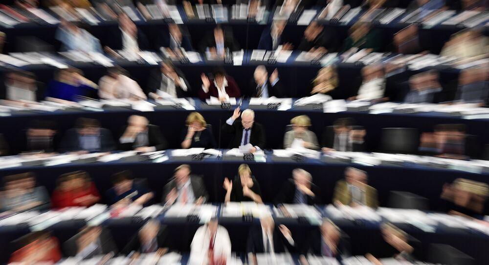 Głosowanie członków Parlamentu Europejskiego w Strasburgu