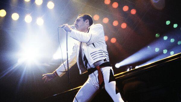Wokalista grupy Queen Freddie Mercury podczas występu w Niemczech w 1986 roku - Sputnik Polska