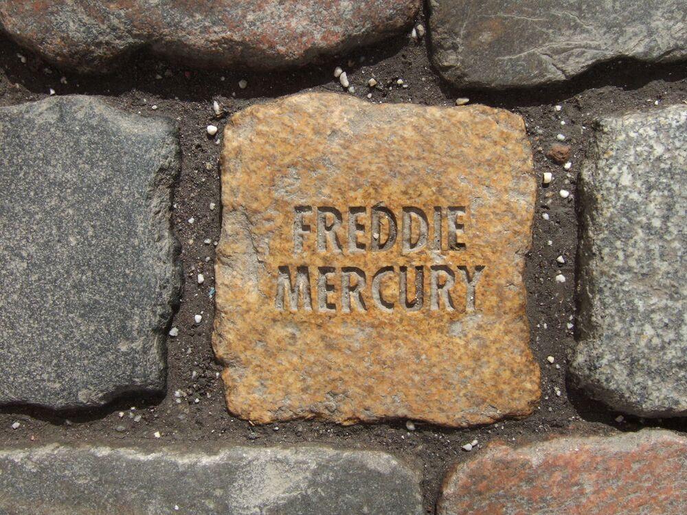 Kamień pamiątkowy Freddiego Mercury'ego w mieście Bonn, Niemcy.
