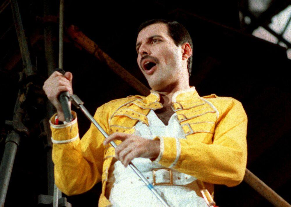 Wokalista zespołu Queen Freddie Mercury podczas występu w Niemczech w 1986 roku