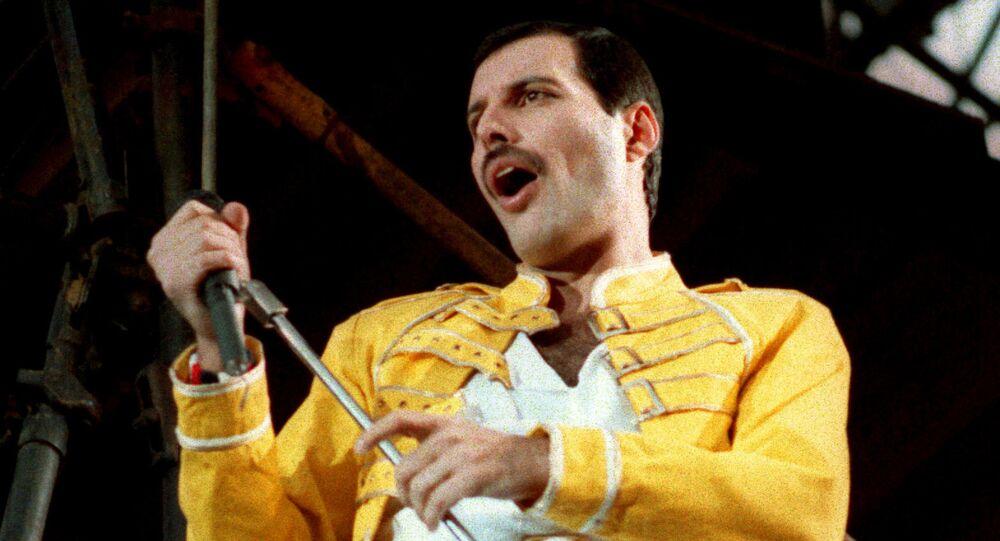 Wokalista grupy Queen Freddie Mercury podczas występu w Niemczech w 1986 roku
