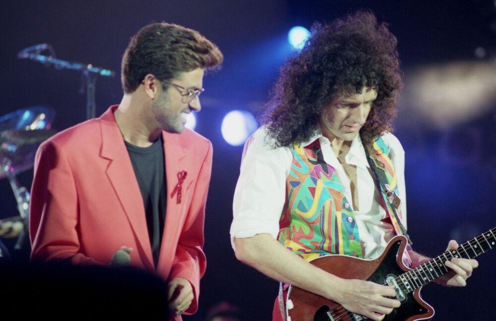Brytyjski piosenkarz George Michael i gitarzysta Queen Brian May na koncercie pamięci Freddiego Mercury'ego w Londynie 1922 roku.