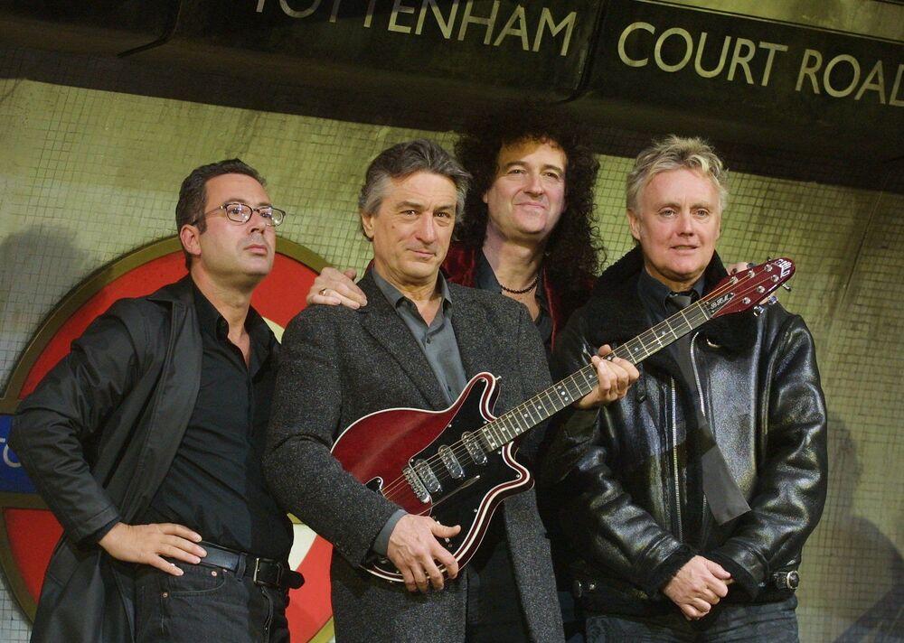 """Amerykański aktor Robert De Niro i brytyjski pisarz Ben Elton z członkami grupy rockowej Queen: perkusistą Rogerem Taylorem i gitarzystą Brianem Mayem na prezentacji musicalu """"We Will Rock You"""" w Londynie."""