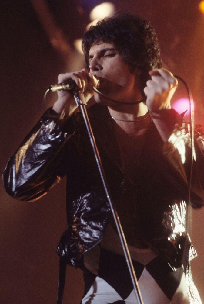 Wokalista zespołu Queen Freddie Mercury podczas występu w amerykańskim mieście New Haven w 1977 roku w