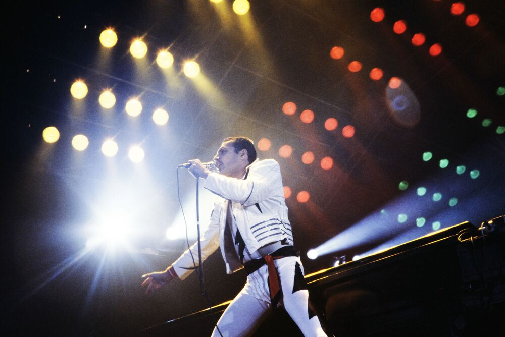 Freddie Mercury na scenie Pałacu Sportów Bercy w Paryżu.