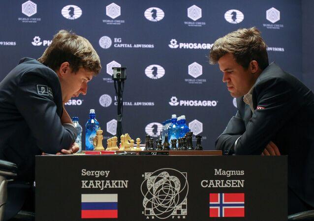 Siergiej Kariakin i Magnus Carlsen podczas partii w meczu o mistrzostwo świata w 2016 roku w Nowym Jorku