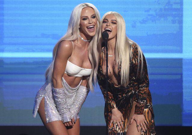 Modelka Gigi Gorgeous i śpiewaczka Bebe Rexha podczas ceremonii wręczenia nagród American Music Awards 2016 w Los Angeles