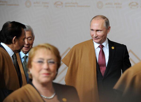 Władimir Putin w pelerynie z wikunii podczas szczytu APEC w Peru - Sputnik Polska