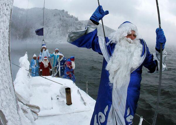 Członkowie klubu żeglarskiego Skipper przebrani za Świętego Mikołaja i Śnieżynkę płyną po rzece Jenisiej niedaleko Krasnojarska - Sputnik Polska